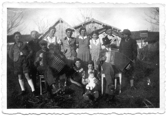Hinten in der Mitte :Haglmo Hans. Vorne links mit seiner Vierreihigen : Gartner Christl